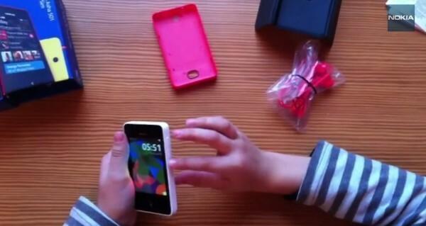 [Vidéo] Déballage et présentation du Nokia Asha 501 par un petit Russe