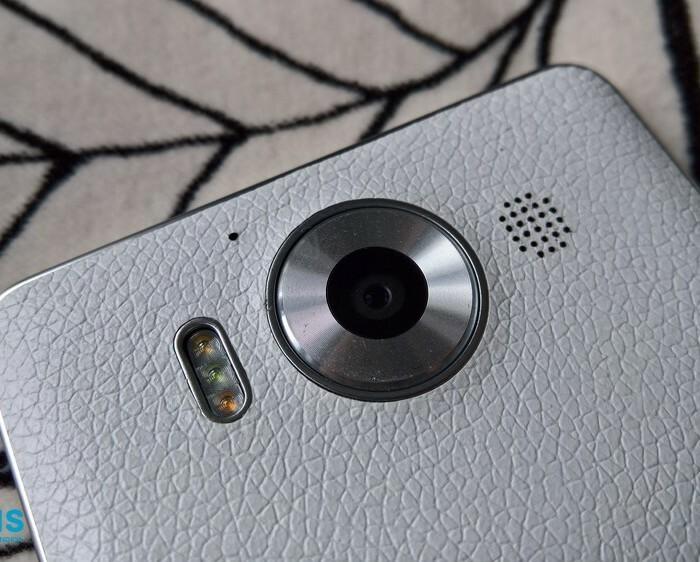 Test de la coque en cuir Mozo blanche pour Microsoft Lumia 950