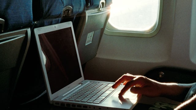 gty_plane_laptop_nt_120208_wmain